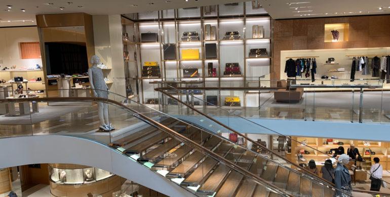 Kaufhaus von innen mit Rolltreppe