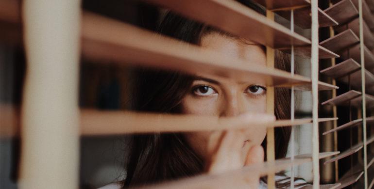 Frau am Fenster, Angst vor Einbrechern