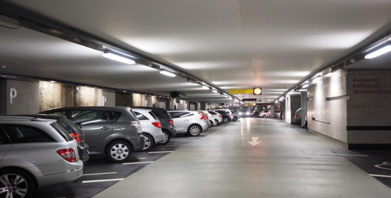 Parkende Autos im Parkhaus, Parkraumüberwachung