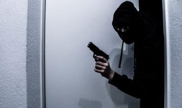 Einbrecher mit Pistole