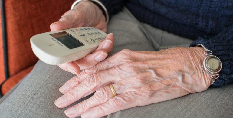 seniorennptrufsysteme, seniorin mit festnetztelefon in der Hand